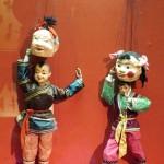 Die Puppen nehme ihre Masken zum Applaus ab.